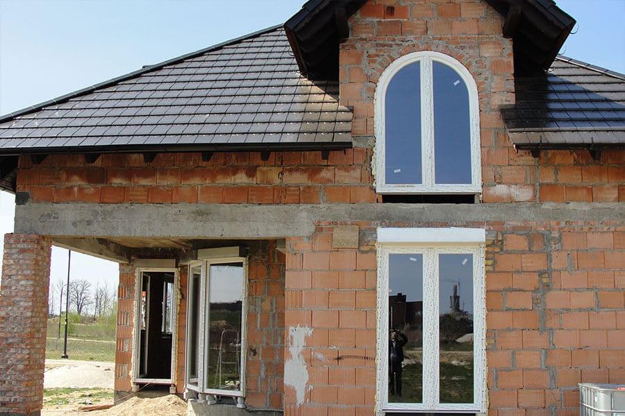 dom z oknami