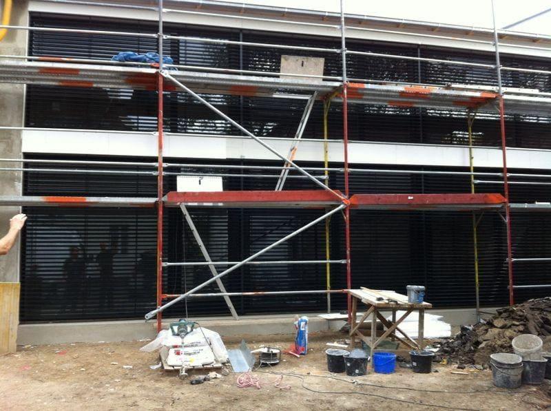 Żaluzje fasadowe w trakcie budowy